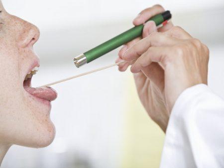 Исследование горла пациентки