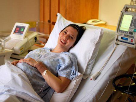 Беременная женщина в помещении больницы