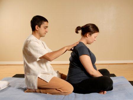 Выполнение массажа спины